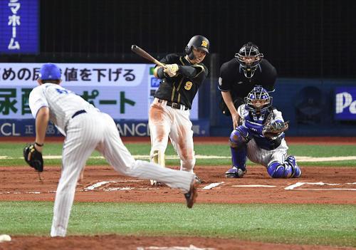 DeNA対阪神 6回表阪神無死、左中間に二塁打を放つ高山。投手国吉(撮影・鈴木みどり)