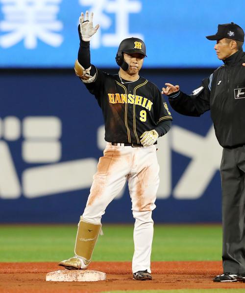 DeNA対阪神 6回表阪神無死、高山は左越え二塁打を放つ(撮影・加藤哉)