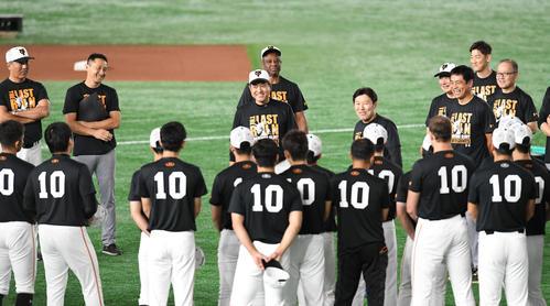 練習開始前、背番号「10」のシャツを着た選手たちを前に笑顔で話す巨人の原監督(中央)(撮影・加藤諒)