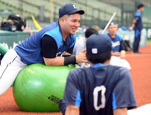 練習前、笑顔を見せる西武山川(撮影・たえ見朱実)