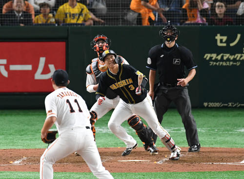 巨人対阪神 4回表阪神2死満塁、大山は中飛を打ち上げる。投手山口(撮影・山崎安昭)