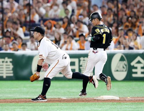 巨人対阪神 5回表阪神無死一塁、代打鳥谷は二ゴロを放つ、左は阿部(撮影・加藤哉)