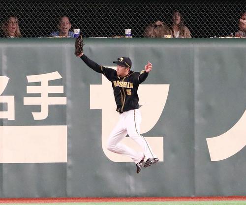 巨人対阪神 7回裏巨人1死、近本は亀井の飛球を好捕する(撮影・加藤哉)