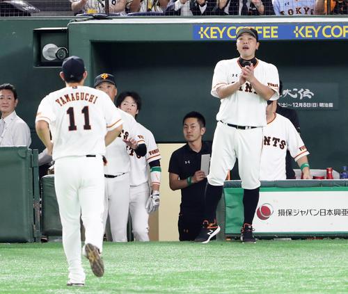 巨人対阪神 8回表阪神1死一塁、降板となった山口(手前)を拍手で迎える阿部(撮影・浅見桂子)