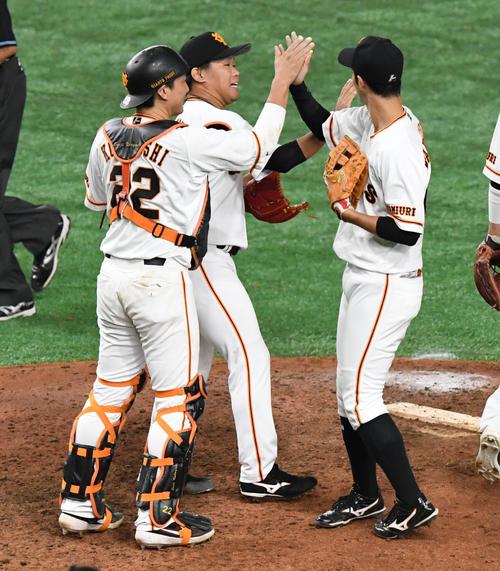 巨人対阪神 田口(中央)は最後の打者を仕留めマウンド上でタッチを交わす(撮影・奥田泰也)