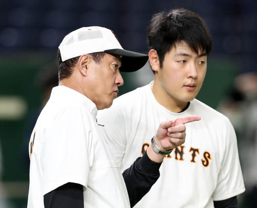 巨人対阪神 試合前、巨人原監督(左)は岡本に打撃指導する(撮影・垰建太)