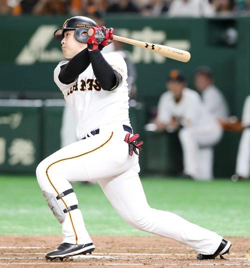 巨人対阪神 1回裏巨人2死、岡本は左越え本塁打を放つ(撮影・加藤哉)