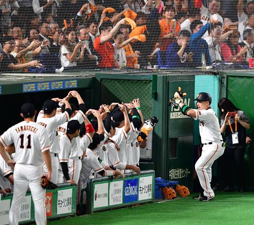 巨人対阪神 1回裏巨人2死、中越えの先制本塁打を放つ丸佳浩(撮影・清水貴仁)