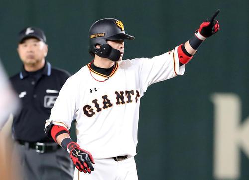 巨人対阪神 2回裏巨人2死一、二塁、亀井は左線適時二塁打を放つ(撮影・加藤哉)