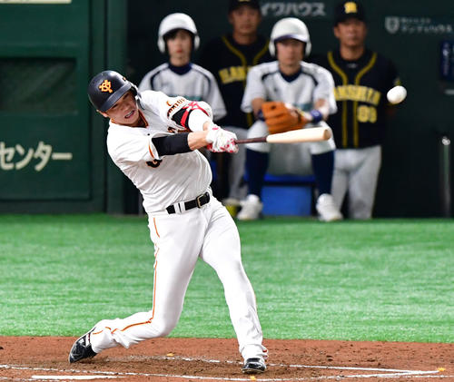 巨人対阪神 2回裏巨人2死二、三塁、中前へ2点適時打を放つ坂本勇(撮影・清水貴仁)