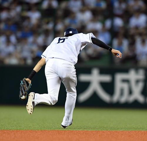 西武対ソフトバンク 2回表ソフトバンク無死、グラシアルの打球を好捕する源田(撮影・たえ見朱実)