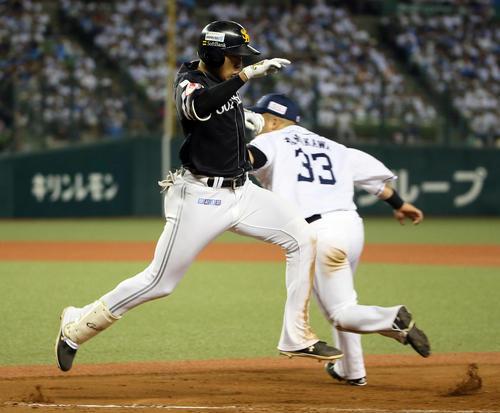 西武対ソフトバンク 8回表ソフトバンク1死、柳田は二塁内野安打を放つ(撮影・栗木一考)
