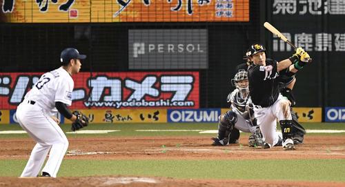 西武対ソフトバンク 9回表ソフトバンク2死一、二塁、左2点適時打を放つ松田。投手榎田(撮影・鈴木みどり)