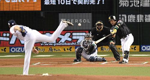 西武対ソフトバンク 1回表ソフトバンク2死一、二塁、先制の右2点適時二塁打を放つ松田(撮影・鈴木みどり)