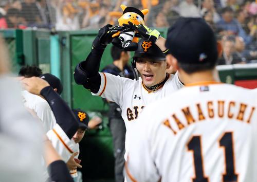 巨人対阪神 1回裏巨人2死、先制の中越えソロ本塁打を放ちベンチでナインと「丸ポーズ」を決める丸(撮影・垰建太)