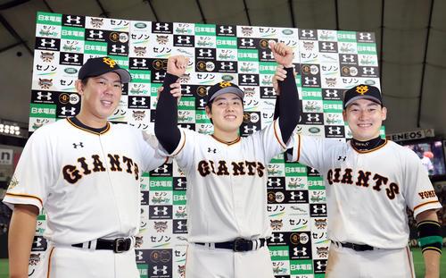 巨人対阪神 阪神に勝ちお立ち台で笑顔で写真に納まる巨人山口(左)、岡本(中央)、丸(撮影・垰建太)