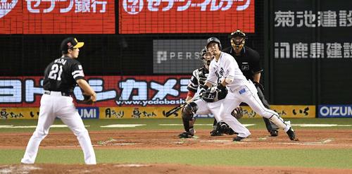 3回裏西武2死一、二塁、中2点適時三塁打を放つ外崎。投手和田(撮影・鈴木みどり)