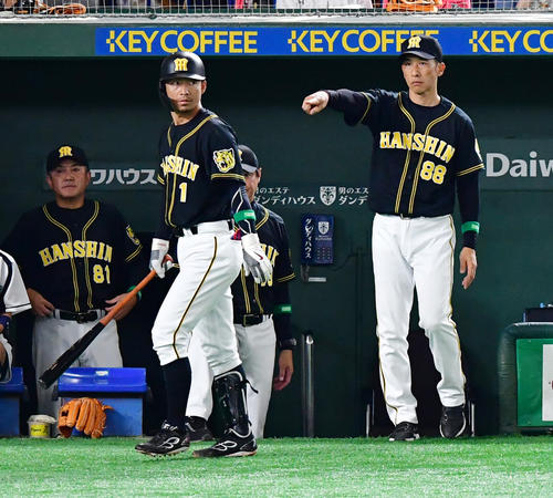 巨人対阪神 5回表阪神無死一塁、代打鳥谷(左)と告げる矢野監督(撮影・清水貴仁)