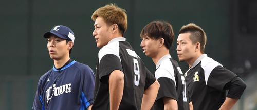 練習前、西武の秋山翔吾(左)と話をする柳田悠岐、福田秀平、千賀滉大(撮影・今浪浩三)
