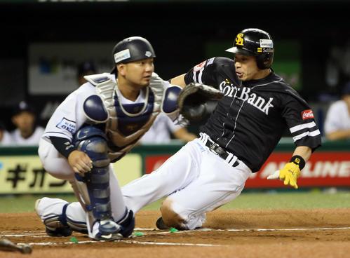 2回表ソフトバンク1死一、三塁、牧原の右犠飛で生還する松田宣。捕手森(撮影・栗木一考)