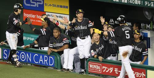 2回表ソフトバンク1死一、三塁、牧原大成の右犠飛で生還した松田宣浩を出迎えるベンチのナイン(撮影・梅根麻紀)