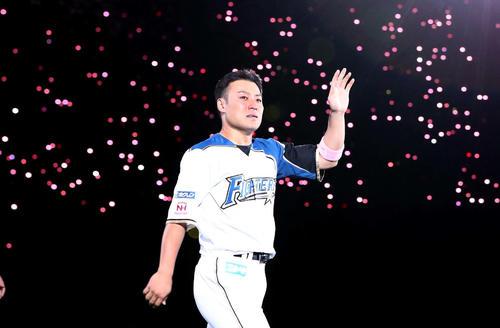 引退セレモニーで涙ぐみスタンドに手を振ってグラウンドを1周する田中賢(撮影・黒川智章)