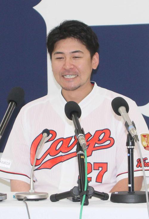 マツダスタジアムで会見し、チーム残留を発表する広島会沢翼捕手