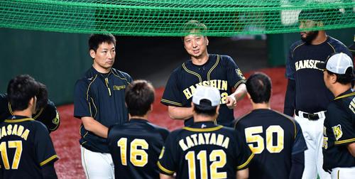試合前練習で投手陣を前に話す藤川球児(撮影・清水貴仁)