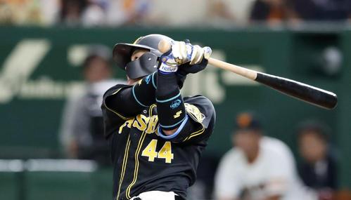 3回表阪神無死、梅野は左越え本塁打を放つ(撮影・加藤哉)