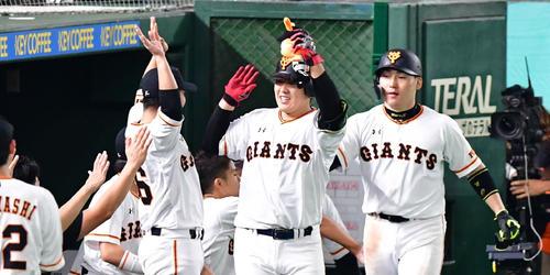 5回裏巨人無死一塁、左越え2点本塁打を放ち生還する岡本和真(撮影・清水貴仁)