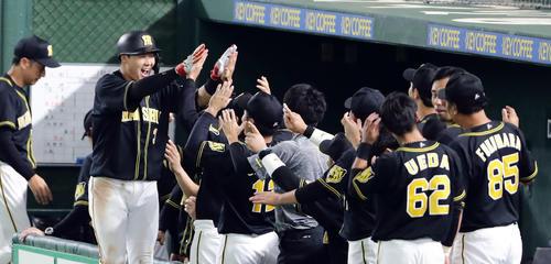 巨人対阪神 9回表阪神無死、大山は右中間勝ち越しソロ本塁打を放ち笑顔でナインとハイタッチ(撮影・浅見桂子)