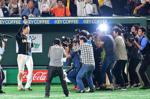 ファンにあいさつする決勝本塁打の大山悠輔(撮影・清水貴仁)