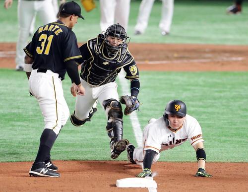 巨人対阪神 3回裏巨人1死満塁、岡本の逆転2点適時二塁打を本塁打と勘違いした一塁走者丸(中央)は三塁本塁間で挟まれるも、ヘッドスライディングで戻りセーフ(撮影・浅見桂子)
