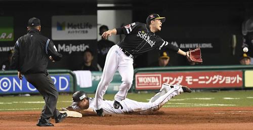 西武対ソフトバンク 8回裏西武2死、内野安打を放ち一塁へヘッドスライディングする源田。一塁カバーは投手千賀(撮影・鈴木みどり)