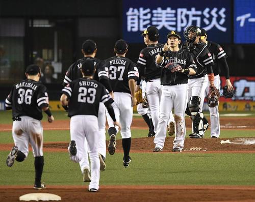 西武対ソフトバンク 西武に3連勝し、ハイタッチするソフトバンクナイン(撮影・鈴木みどり)