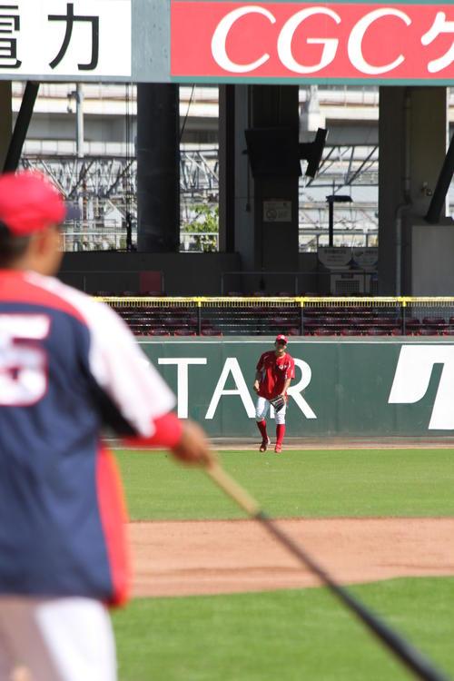 マツダスタジアムで外野特守を行った安部友裕内野手(奥)。手前は広瀬純外野守備走塁コーチ