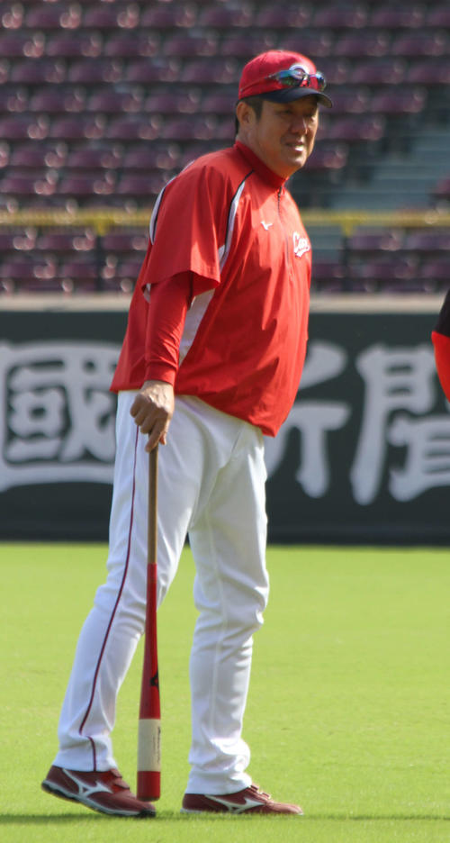 マツダスタジアムで行われている秋季練習を見守る佐々岡監督