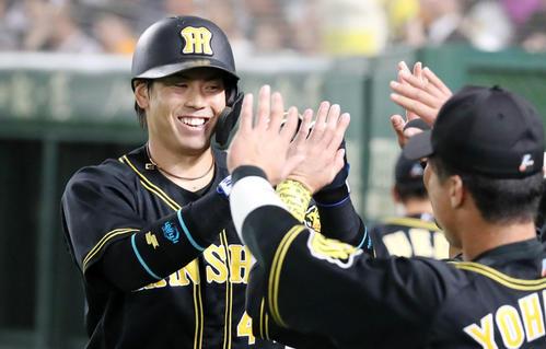 3回表阪神無死、梅野は左越え本塁打を放ち笑顔でベンチのナインとタッチする(撮影・加藤哉)