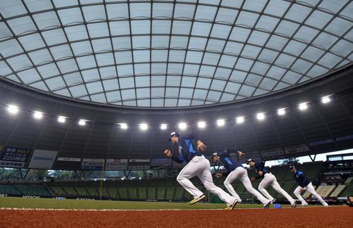 メットライフドームで練習を行った西武の投手陣。手前から松本、今井、本田、ニール(撮影・たえ見朱実)