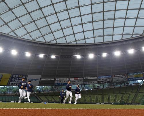 メットライフドームで練習を行った西武の投手陣。左から松本、今井、本田、ニール(撮影・たえ見朱実)
