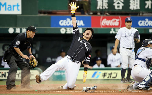 西武対ソフトバンク 4回表ソフトバンク1死一塁、甲斐の二塁打で生還する松田宣(撮影・栗木一考)