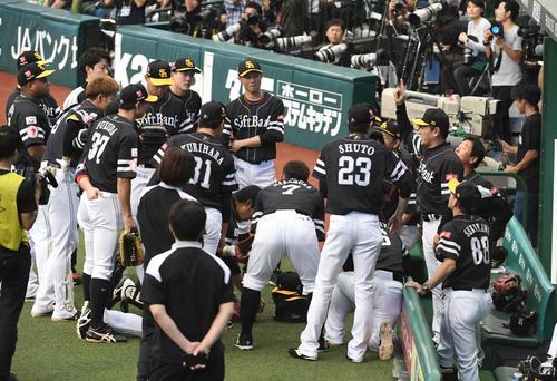 西武対ソフトバンク 試合前円陣を組むソフトバンクナイン(撮影・今浪浩三)