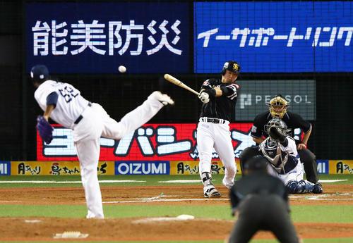 西武対ソフトバンク 7回表ソフトバンク1死三塁、右越え適時二塁打を放つ代打長谷川勇(撮影・足立雅史)