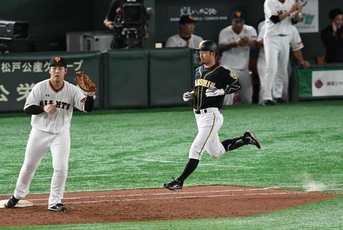 巨人対阪神 9回表阪神2死、二ゴロに倒れた代打鳥谷(右)は表情を曇らせる。一塁手岡本(撮影・山崎安昭)