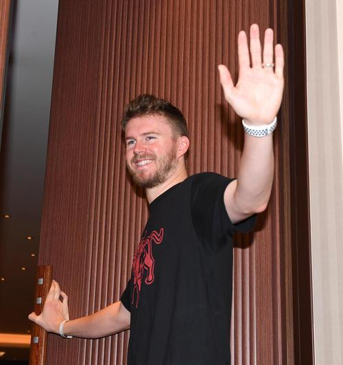 帰国前、都内で取材に応じたジョンソンは報道陣に手を振って引き揚げる(撮影・奥田泰也)