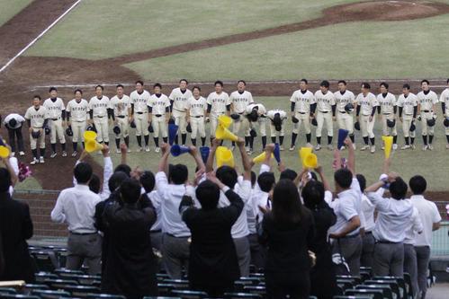 京大対同大 勝ち点2を挙げ整列するナインに歓声を送る京大スタンド(撮影・柏原誠)