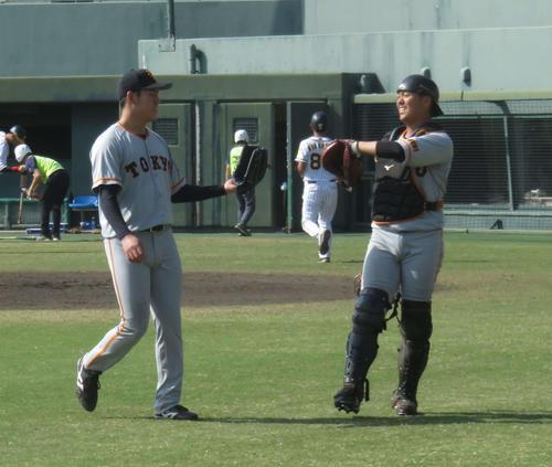 巨人桜井(左)はバッテリーを組む田中貴(右)とグラブでハイタッチをする(撮影・桑原幹久)