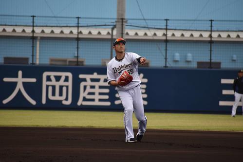 キャッチボールを行うT-岡田(撮影・古財稜明)