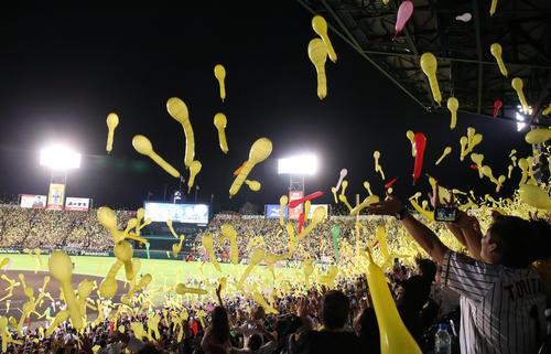 ジェット風船が舞う甲子園球場(2019年9月25日撮影)