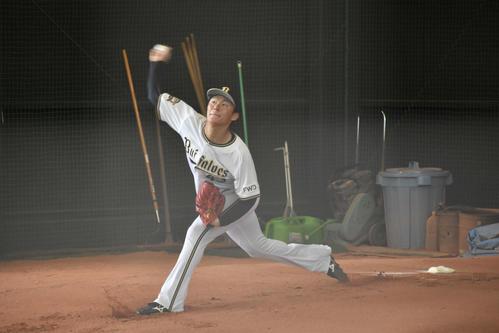 「プレミア12」へ向け、ブルペンで投球練習を行う山本